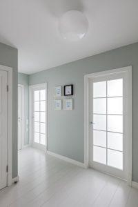 фото сочетание светлых полов дверей и плинтуса