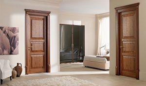 фото сочетания темных дверей светлого пола и плинтуса