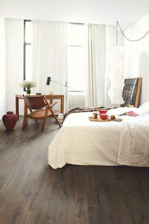 фото темный китайский ламинат в спальне для статьи