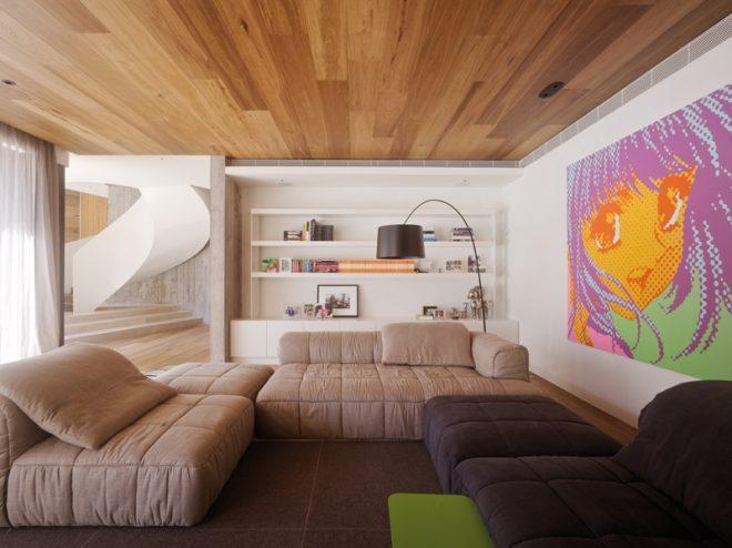 фото Ламинат на потолке в гостиной